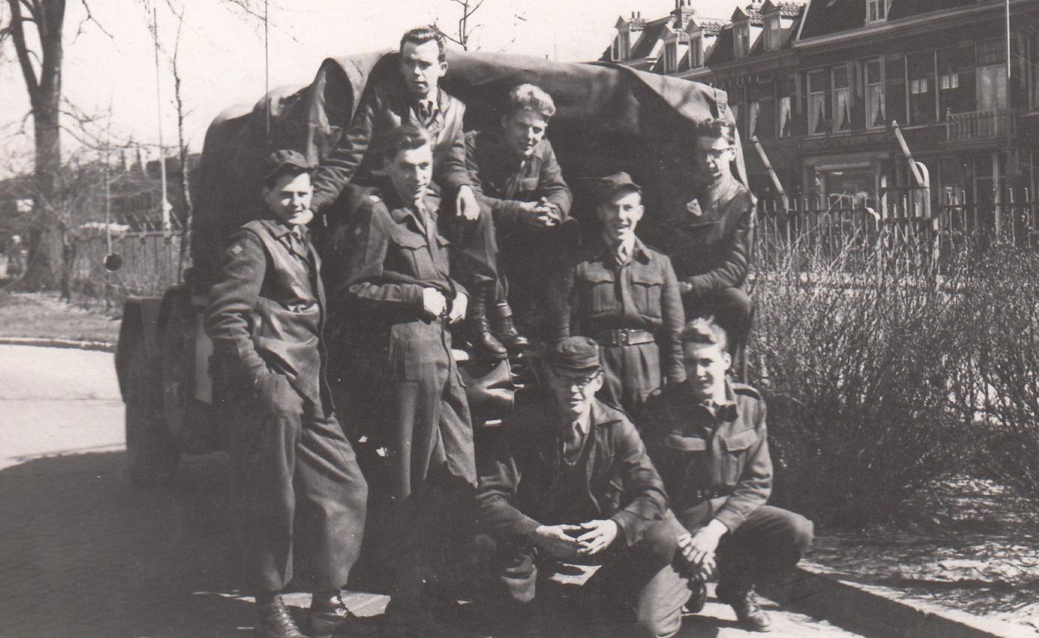 Dienstmaten voor legertruck rond 1960