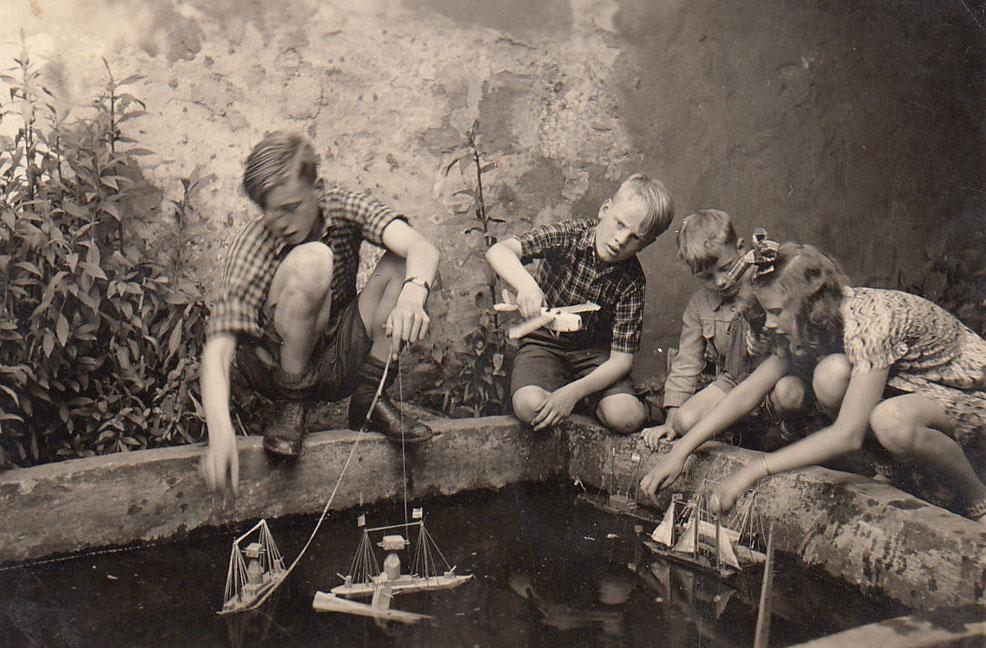 Kinderen met bootjes rond 1938