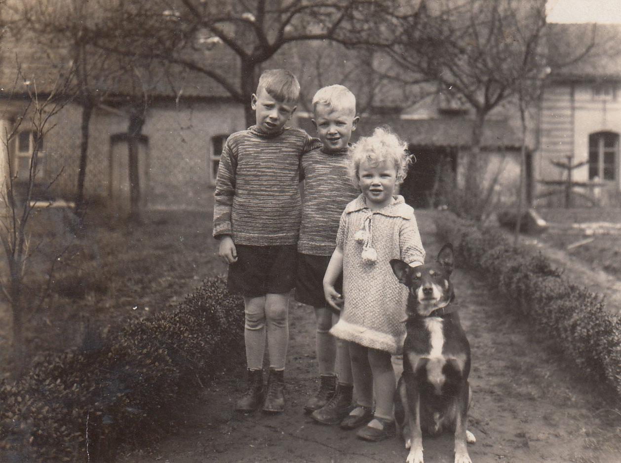 Kinderen met hond rond 1931
