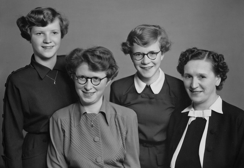 Moeder met drie dochters 1953